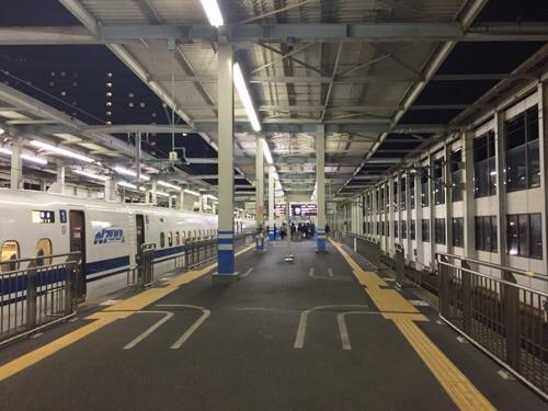 閑散とした広島駅新幹線ホームとのぞみ51号博多行