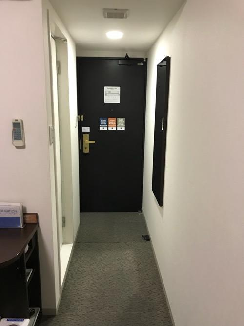 コンフォートホテル八戸のシングルルーム内の通路、入口ドア