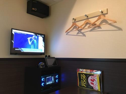カラオケルーム歌広場金町北口駅前店のルーム内、ハンガー、テレビ、JOYSOUND機器
