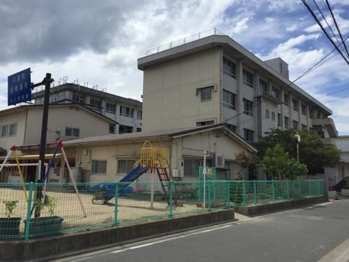 解体中の余土中学校校舎-2016年9月3日-コンビニのローソンと竹の宮公園の間の交差点から眺めた様子