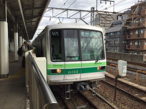 東京メトロ千代田線綾瀬駅0番線ホームに停車中の北綾瀬ゆきの電車