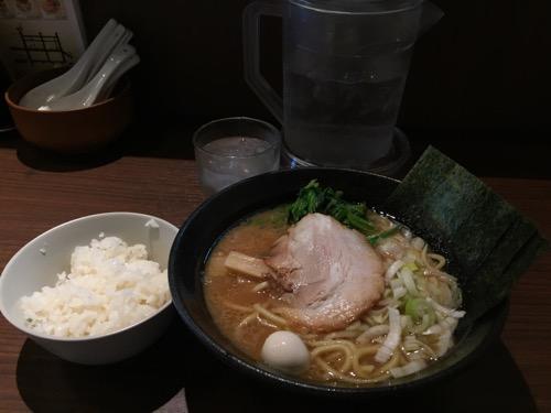 横浜家系ラーメン幸北家「豚骨醤油ラーメン」と無料のサービスライス