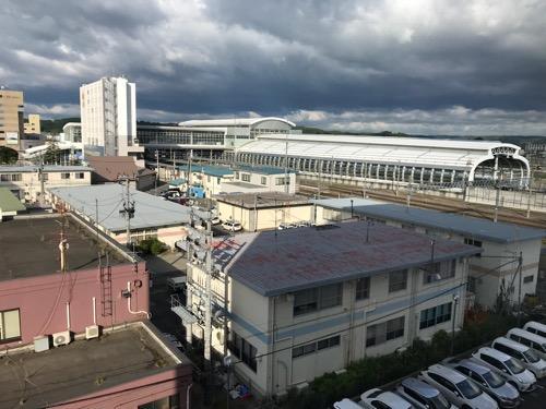 コンフォートホテル八戸のエレベーター前の廊下の窓から眺めた西方向の風景(JR八戸駅など)