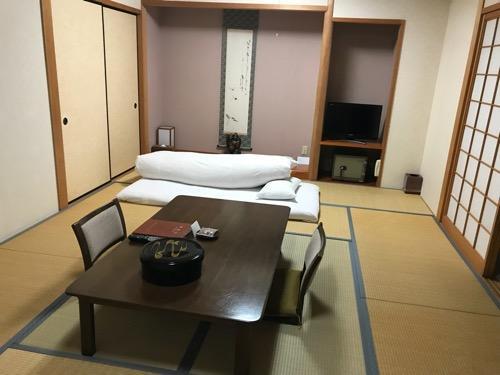 飛騨古川スペランツァホテルの和室内のテーブル、布団