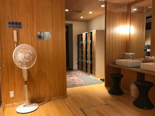 エクストールイン西条駅前「うちぬきの湯」男湯の脱衣所・洗面台・扇風機