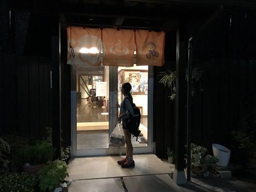 湯之谷温泉の玄関(夜の様子)と娘