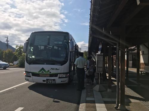 飛騨古川駅の高速バス待合所前に停車中の濃飛バスの高速バス