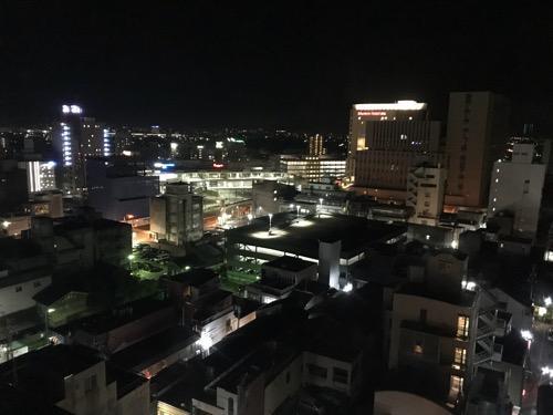ホテルニューオータニ高岡の客室入口から見た禁煙シングルルーム11階の窓からの眺め(JR高岡駅方面、夜の風景)