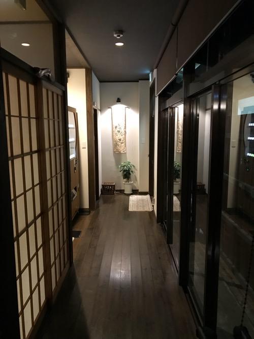 湯之谷温泉1階の談話室前の廊下(夜の様子)