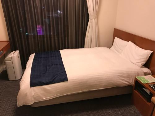 天然温泉 加賀の湧泉 ドーミーイン金沢の禁煙様ダブルルーム室内のシモンズ社製ベッド