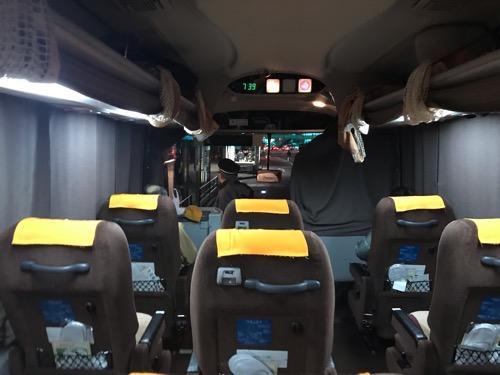 (オレンジライナー号)新宿・横浜⇒松山・八幡浜/89153便のバス車内(運転席側、前方座席)