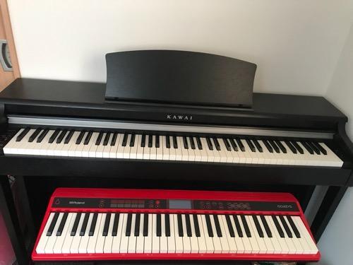 Roland GO:KEYSの赤いキーボードとKAWIの電子ピアノの大きさ比較