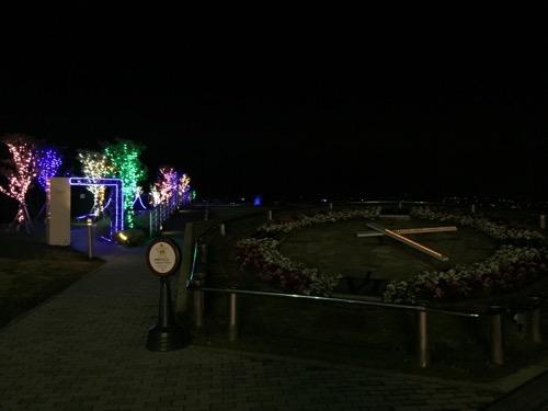 土曜日の午前2時20分頃の淡路サービスエリアのライトアップされた花時計