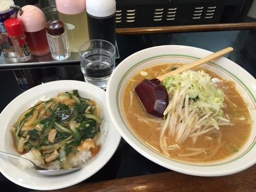 東京メトロ・JR綾瀬駅西口のラーメン餃子館ピリカのランチB(味噌ラーメンと半スタミナ丼)