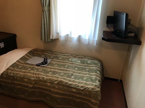 ホテルターミナルインの禁煙シングルAのベッドとテレビ