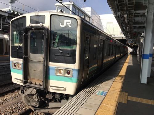 JR松本駅の1番線ホームに停車中のJR篠ノ井線・甲府行きの普通列車