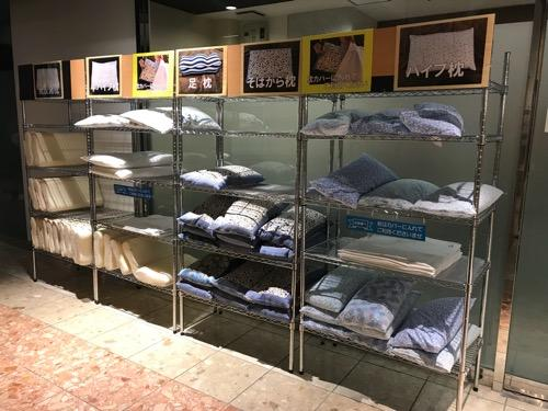 エクストールイン西条駅前の1階の棚に並ぶ貸し出し枕