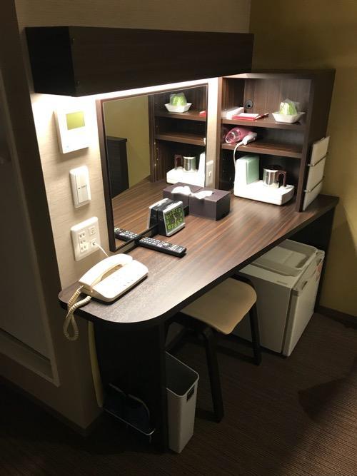 名古屋クラウンホテルのシングルルームの長机、椅子