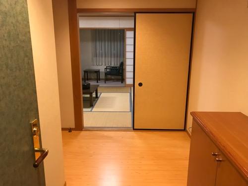 飛騨古川スペランツァホテルの客室入口から室内を見た様子