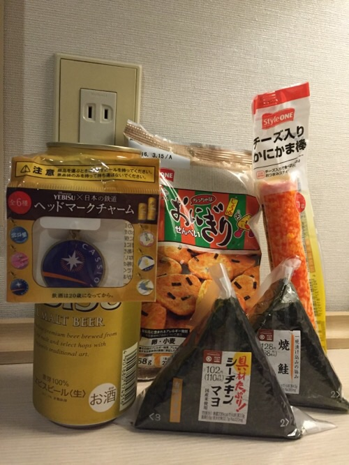 YEBIS×日本の鉄道 ヘッドマークチャームの景品が付いたエビスビール、コンビニのオニギリなど