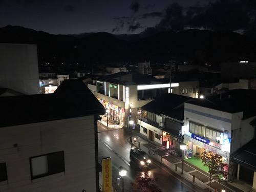 飛騨古川スペランツァホテルの窓から眺め(夜の飛騨古川駅前の商店街の風景)