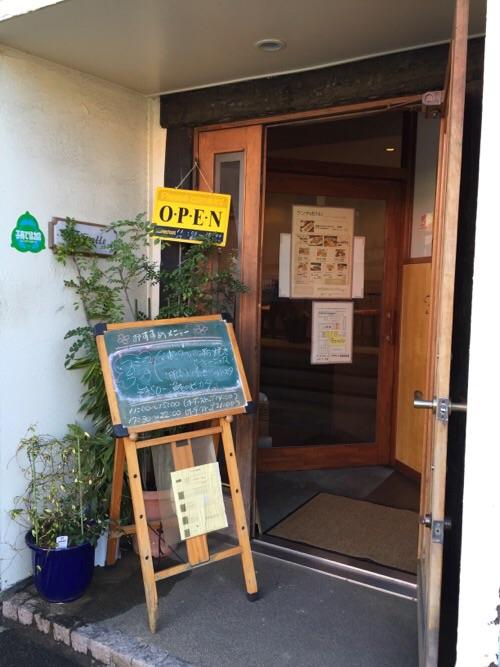 キッチン・ファミーユ(〒791-8034 愛媛県松山市富久町422 アイケンビル 1F)の入口