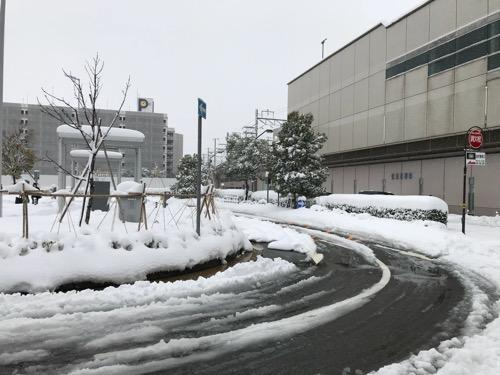 金沢駅西口の一般車降車場用の道路周辺の雪景色