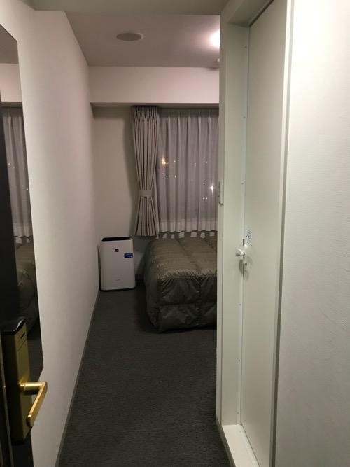 コンフォートホテル八戸のシングルルームを室内の入口から見た様子