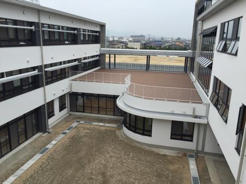 余土中学校の新校舎棟2階のエコテラス
