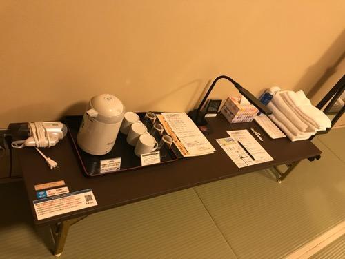 エクストールイン西条駅前の3階の和室タイプの部屋のテーブルの上にある備品
