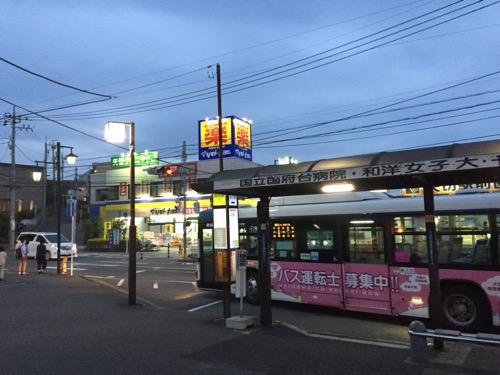 JR松戸駅3番バス停で乗車した市川駅ゆき(矢切駅経由)のバスが矢切駅前のバス停に到着し、出発する時の様子