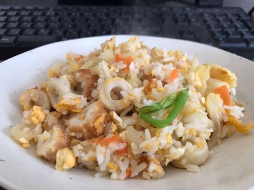 「サトウのごはん あきたこまち 200g」をフライパン鍋で炒めて作った野菜、ちくわ、卵入りのチャーハン