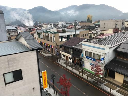 飛騨古川スペランツァホテルの窓から眺め(朝の飛騨古川駅前の商店街の風景)