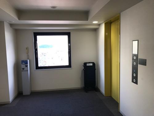コンフォートホテル八戸のエレベーター前の通路、窓