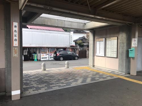 JR北殿駅の1番線ホームから眺めたJR北殿駅の出入口