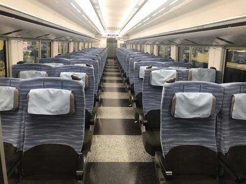 特急スーパーあずさ32号・新宿行の自由席車両(3号車)の車内(前方より撮影)