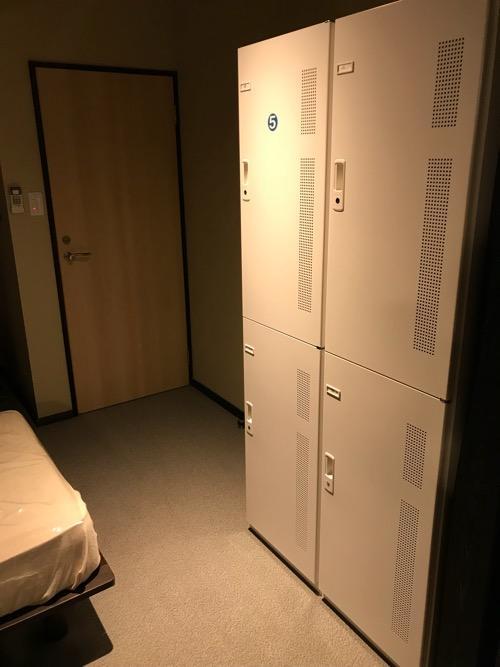 湯之谷温泉のゲストハウス部屋「海」の部屋内の鍵付ロッカー