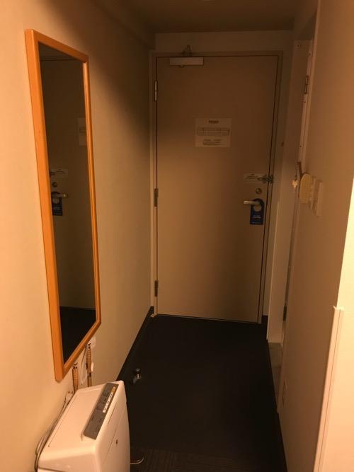 ホテルルートイン新潟県庁南の禁煙シングルルームの通路、全身鏡、客室ドア