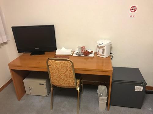 飛騨古川スペランツァホテルの机、電気ポット、冷蔵庫、金庫
