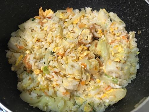 野菜、ちくわ、卵を混ぜ合わせてフライパン鍋で炒めた「サトウのごはん あきたこまち 200g」