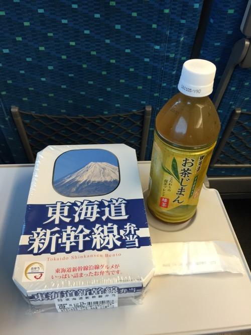 東海道新幹線弁当と東海道宇治抹茶入りお茶じまん