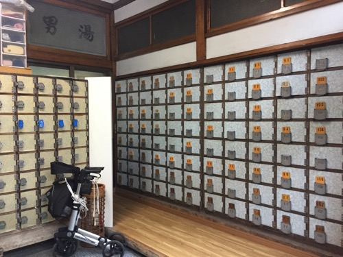 東京都荒川区の銭湯・草津湯の男湯側の下駄箱