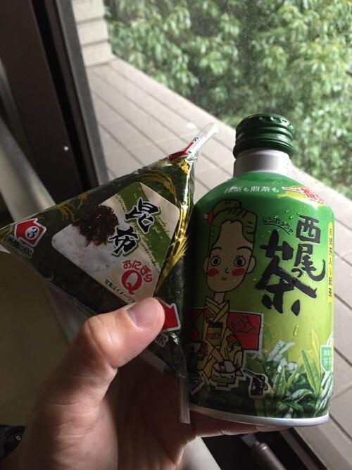 愛知県庁の売店で販売されていた昆布のおにぎりと愛知県西尾市のお茶「西尾っ茶」