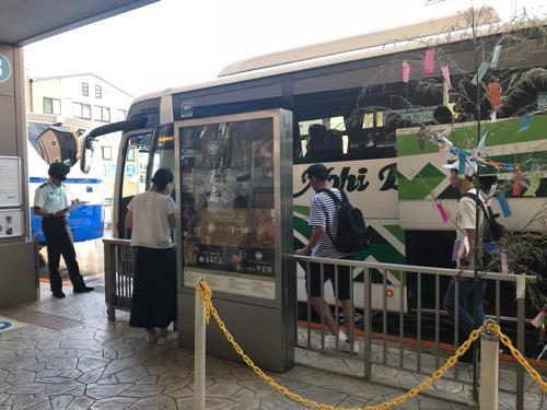 高山濃飛バスセンターに停車中の濃飛バスの飛騨古川発・新宿行の高速バス