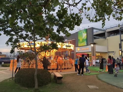 エミフルMASAKIの店舗前に立地するメリーゴーランド