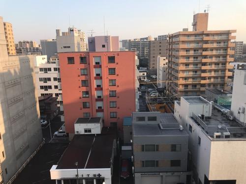 ホテルルートイン札幌北四条のシングルルームの窓からの眺め(朝の風景写真)