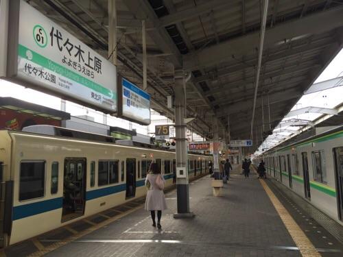 東京メトロ千代田線の代々木公園駅から到着した時の代々木上原駅のホーム(左側は小田急線、右側が千代田線)