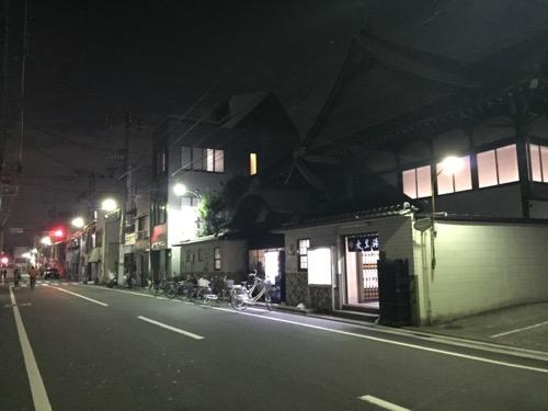 北千住駅から歩いて12分ほどで見える銭湯・大黒湯の建物と周辺の様子
