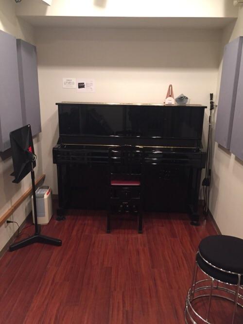 サウンドスタジオ ノア銀座店(住所:東京都中央区銀座3-9-2 銀座ノアビル2-5階)のYAMAHAのアップライトピアノのある部屋