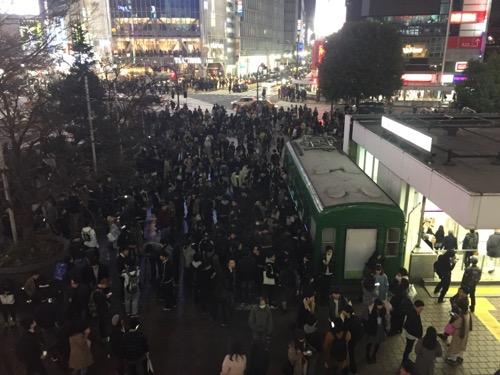 渋谷駅二階からハチ公口を眺めた時の様子-2016年12月5日19時頃